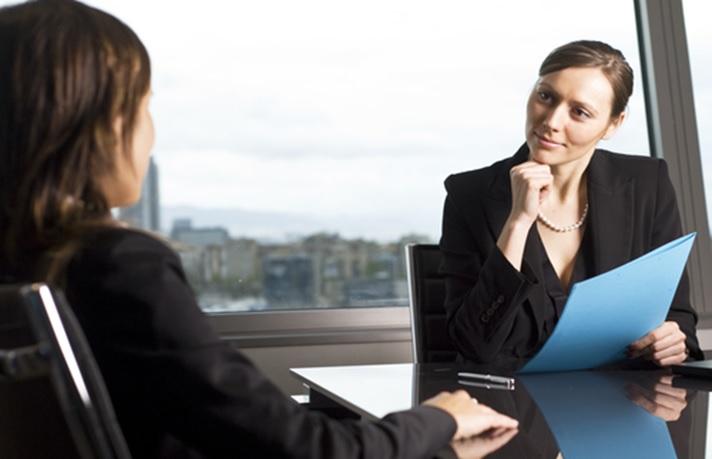 Escucha con interés y atención cuando realices una entrevista de trabajo
