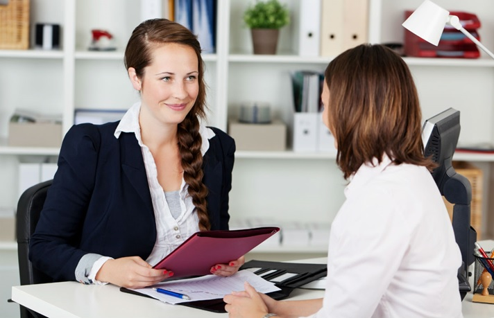 Realiza preguntas concisas y claras en una entrevista de trabajo